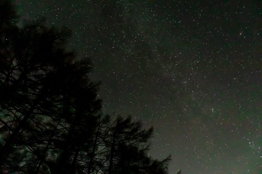 2020年11月9日、信州たてしな 白樺高原の蓼科第二牧場から北方向、夜の星空風景