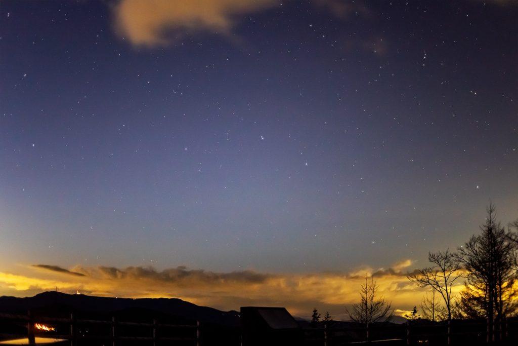 2020年11月10日、信州たてしな 白樺高原の夕陽の丘公園から、夜の星空風景