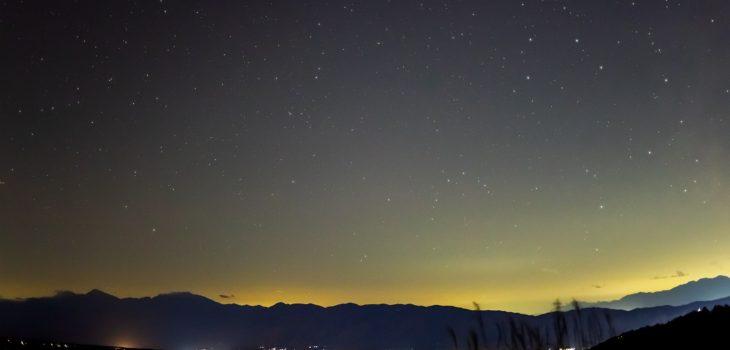 2020年11月6日、信州たてしな ビーナスラインの女ノ神展望台から、夜の星空風景