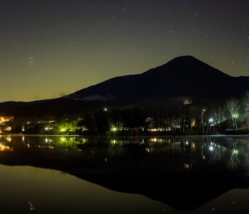 2020年11月11日、信州たてしな 白樺高原の白樺湖畔から東に見た、蓼科山と夜の星空風景