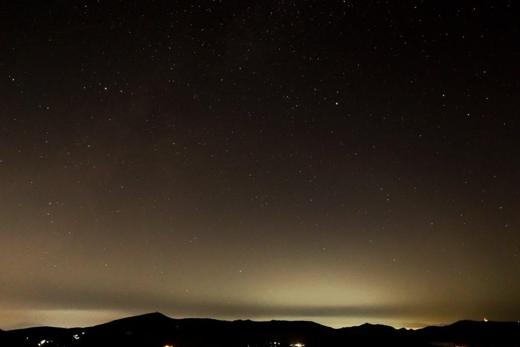 2020年11月11日、信州たてしな 白樺高原のビーナスライン沿いにある夕陽の丘公園から、夜の星空風景