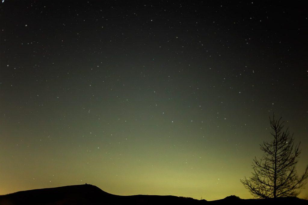 2020年11月12日、信州たてしな 白樺高原の八子ヶ峰公園から西方向、夜の星空風景