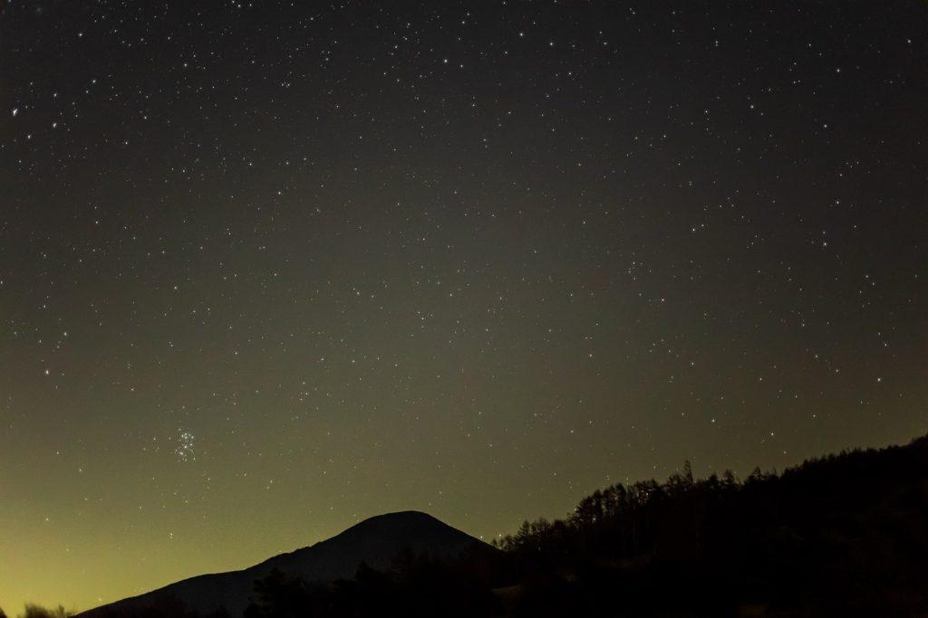 2020年11月12日、信州たてしな 白樺高原の八子ヶ峰公園から東方向、夜の星空風景