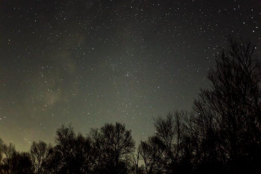 2020年11月12日、信州たてしな 白樺高原の蓼科第二牧場から西方向、夜の星空風景