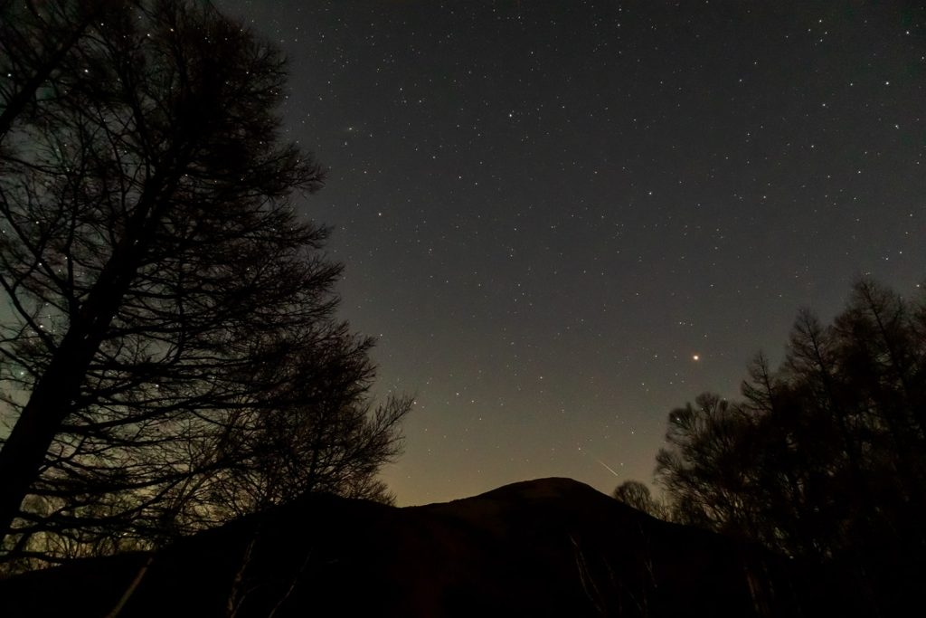 2020年11月13日、信州たてしな 白樺高原の夕陽の丘公園から、夜の星空風景。蓼科山を中心に火星やアンドロメダ銀河がハッキリと写り、かすかに流れ星も。