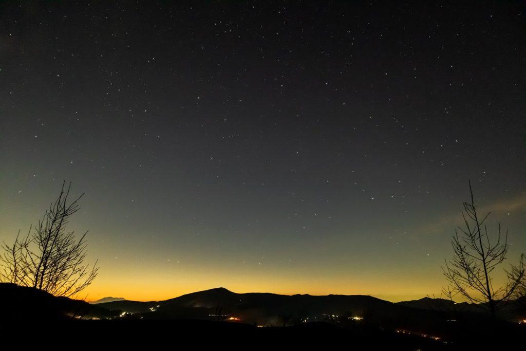 2020年11月13日、信州たてしな 白樺高原の夕陽の丘公園から、夜の星空風景2。遠くに御嶽山、近くに車山が見える夕陽の丘公園。かんむり座やへび座、へびつかい座なども見えている