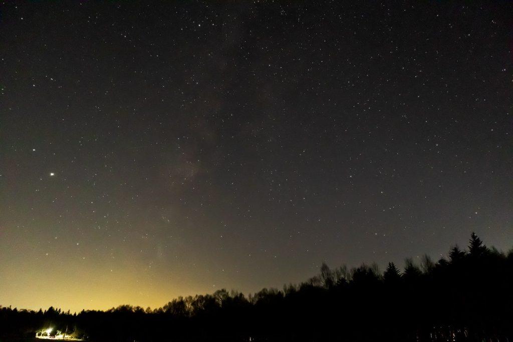 2020年11月13日、信州たてしな 白樺高原の蓼科第二牧場から南西方向、夜の星空風景。写真左側に木星と土星が見え中央やや左から天の川が見える。また、わし座もよく写っている。