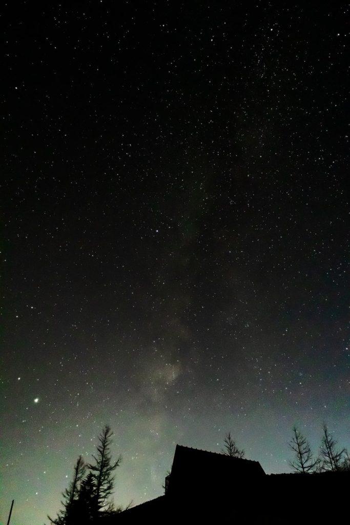 2020年11月14日、信州たてしな 白樺高原の大河原峠から南西方向、夜の星空風景