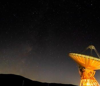 2020年11月14日、信州長野県 蓼科スカイラインにあるJAXA美笹から南西方向、夜の星空風景