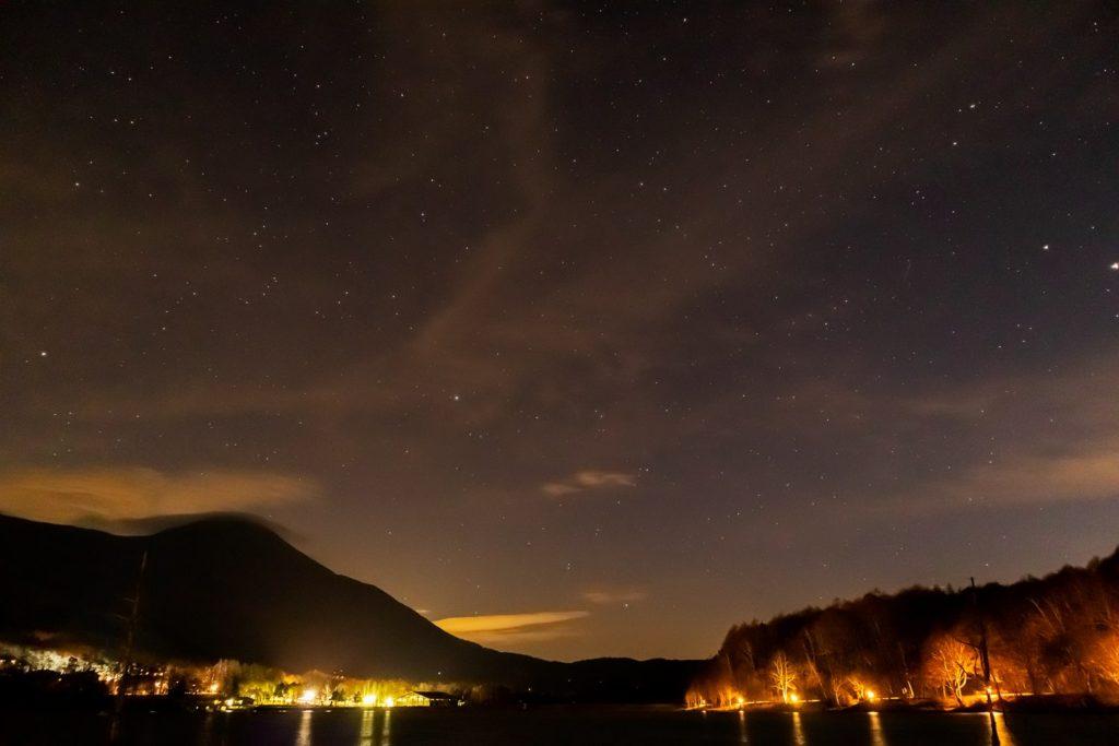2020年11月15日、信州たてしな 白樺高原の女神湖畔から、夜の星空風景。写真右端に木星と土星が、中央付近にみなみのうお座ややぎ座が確認できる。