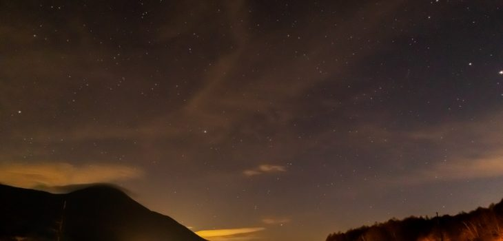 2020年11月15日、信州たてしな 白樺高原の女神湖畔から、夜の星空風景