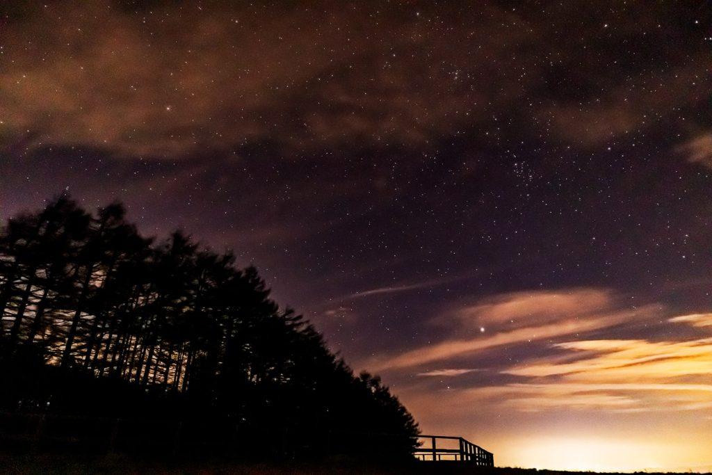 2020年11月15日、信州たてしな 白樺高原の蓼科第二牧場から北東方向、夜の風景。星空観測の起点となる北極星のほかペルセウス座も見えている。