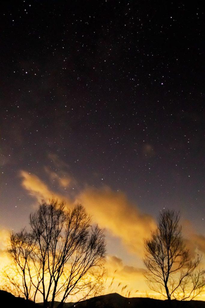 2020年11月16日、信州たてしな 白樺高原の夕陽の丘公園から、夜の星空風景。七夕に関連する2つの星アルタイル(彦星)とベガ(織姫)と天の川が写っている。