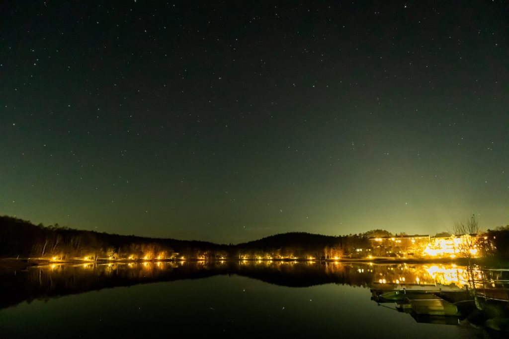 2020年11月16日、信州たてしな 白樺高原の女神湖畔から、夜の星空風景。正面の小高い山のすぐ近くに北斗七星のひとつミザールと二重星のアルコルが見える。