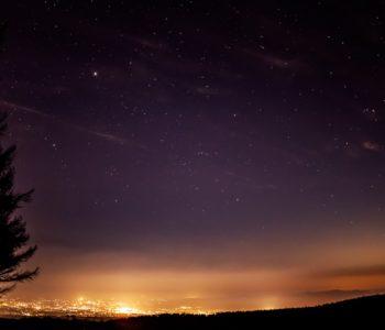 2020年11月18日、信州たてしな 白樺高原の蓼科第二牧場から北東方向、夜の風景