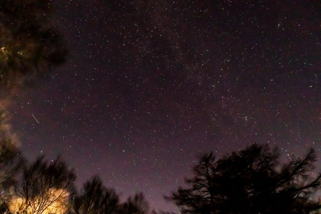 2020年11月19日、信州たてしな 白樺高原の蓼科第二牧場から北方向、夜の風景。カシオペヤ座やアンドロメダ銀河、天の川がよく見える一枚。