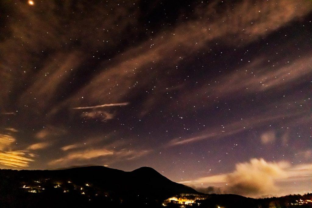 2020年11月19日、信州たてしな 白樺高原の蓼科第二牧場から南方向、夜の風景。火星のほか、みなみのうお座などが写っている。