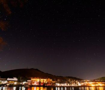 2020年11月20日、信州たてしな 白樺高原の白樺湖畔から北方向、夜の星空風景