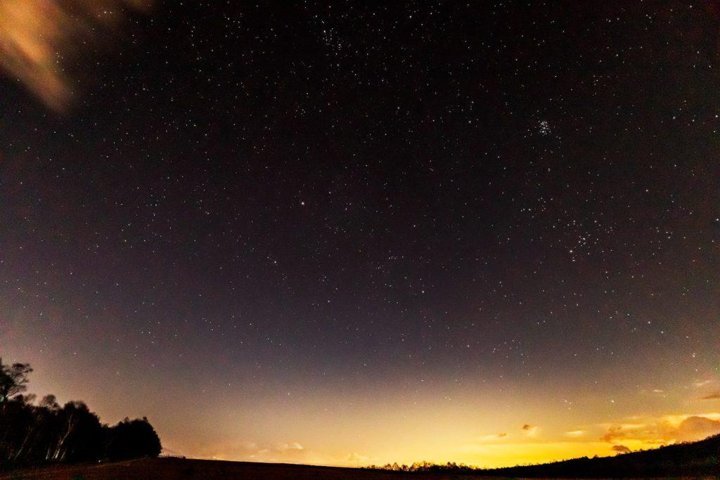 2020年11月20日、信州たてしな 白樺高原の蓼科第二牧場から東方向、夜の風景。東の空にはすばる(プレアデス星団)のほかぎょしゃ座やおうし座も見える。