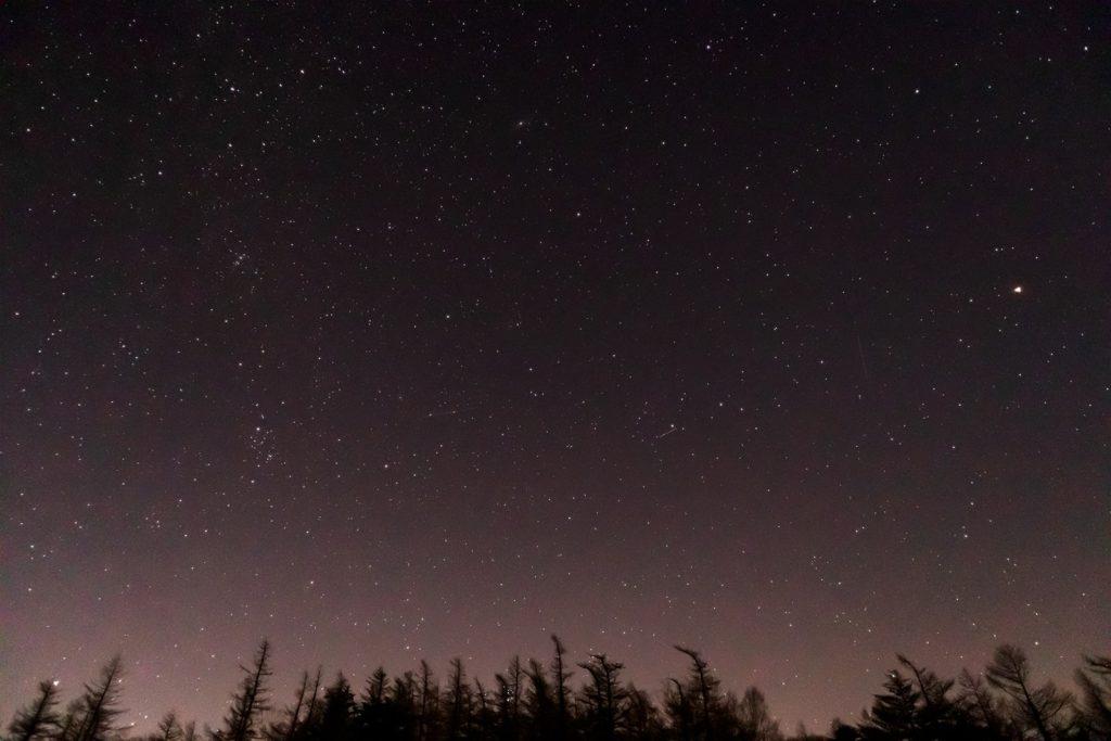 2020年11月21日、信州たてしな 白樺高原の蓼科山七合目登山口から、夜の星空風景。北東の方向にはカシオペヤ座のほかアンドロメダ銀河なども良く見える。