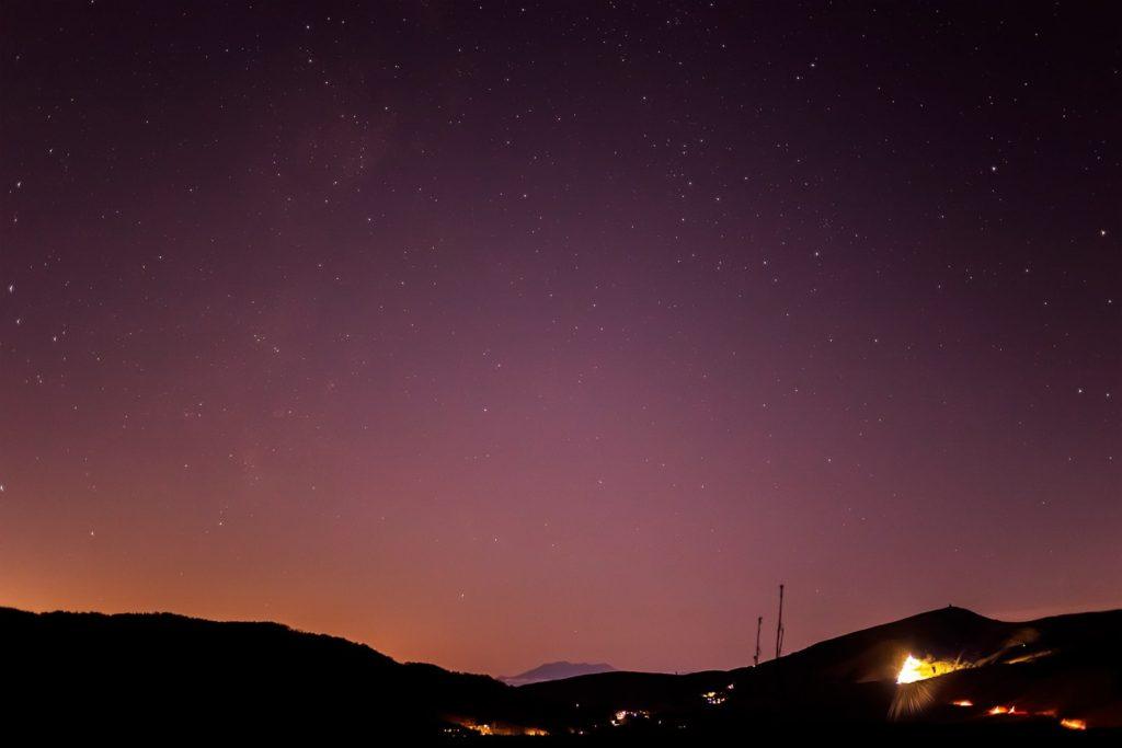 2020年11月21日、信州たてしな 白樺高原の夕陽の丘公園から、夜の星空風景。中央下に御嶽山が見え、左側に天の川が流れる。