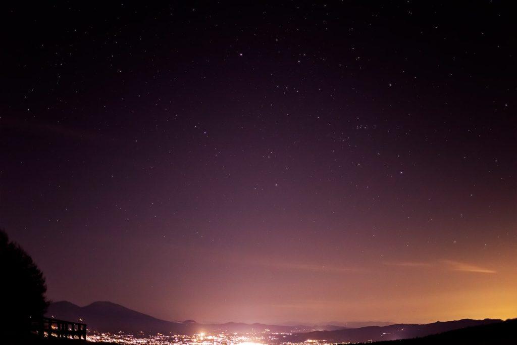 2020年11月21日、信州たてしな 白樺高原の蓼科第二牧場から北東方向、夜の風景。蓼科第二牧場から北東方向には佐久平の夜景と浅間山が見え、空には大きくぎょしゃ座が見える。