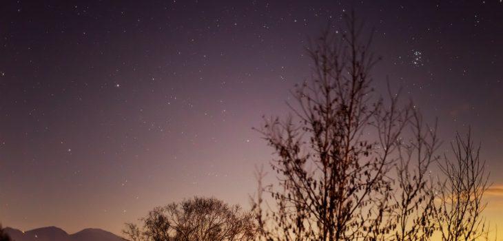 2020年11月23日、信州たてしな 白樺高原の三望台から北東方向、夜の星空風景