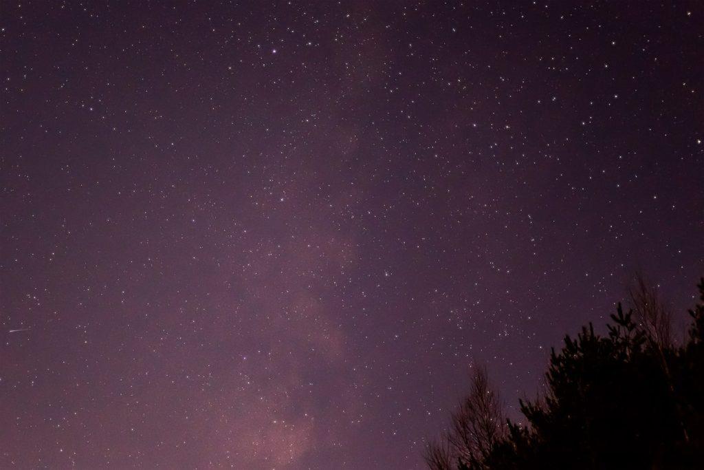 2020年11月23日、信州たてしな 白樺高原の三望台から南西方向、夜の星空風景。天の川とわし座。彦星としても知られるアルタイルがひときわ輝く。