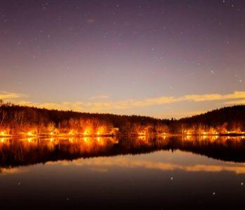 2020年11月24日、信州たてしな 白樺高原の女神湖畔から、夜の星空風景