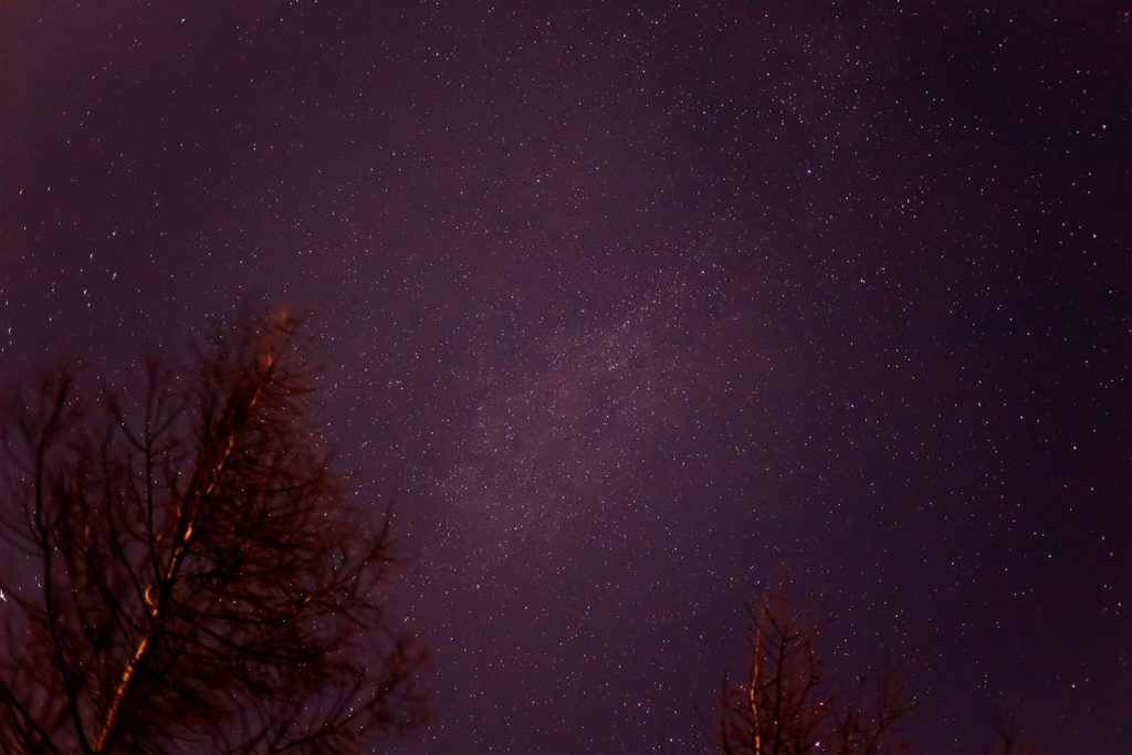 2020年11月25日、信州たてしな 白樺高原の夕陽の丘公園から、夜の星空風景。上空にかかる天の川とはくちょう座。二重星のアルビレオも確認できる。