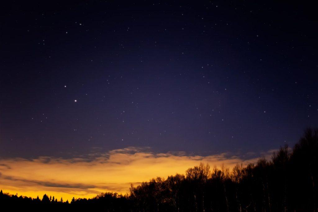 2020年11月27日、信州たてしな 白樺高原の蓼科第二牧場から南西方向、夜の風景
