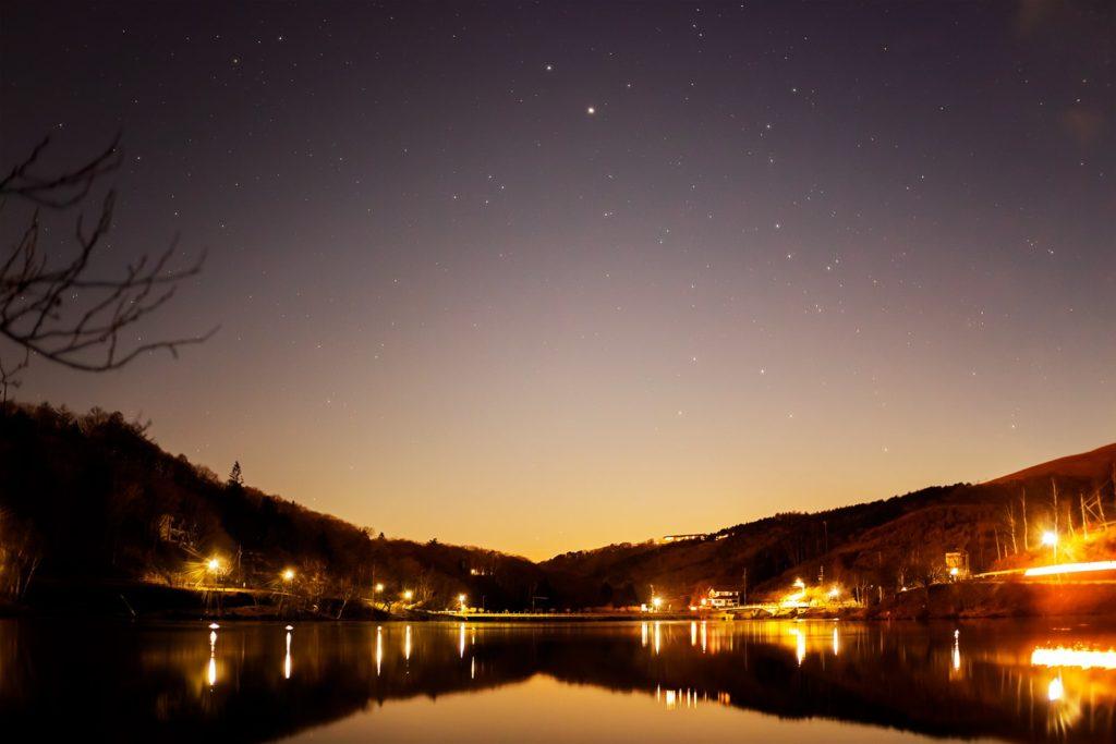 2020年11月28日、信州たてしな 白樺高原の白樺湖畔から南西方向、夜の星空風景。木星と土星、南斗六星などが見えている。