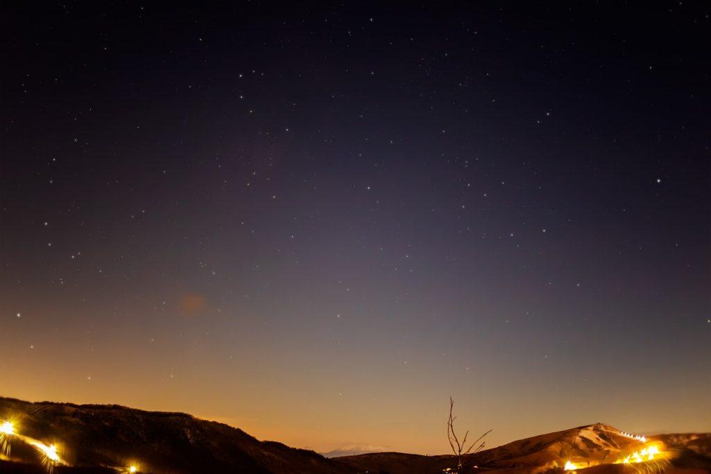 2020年11月28日、信州たてしな 白樺高原の夕陽の丘公園から、夜の星空風景。夕陽の丘公園から西には広く視界がひらけ御嶽山まで見える。