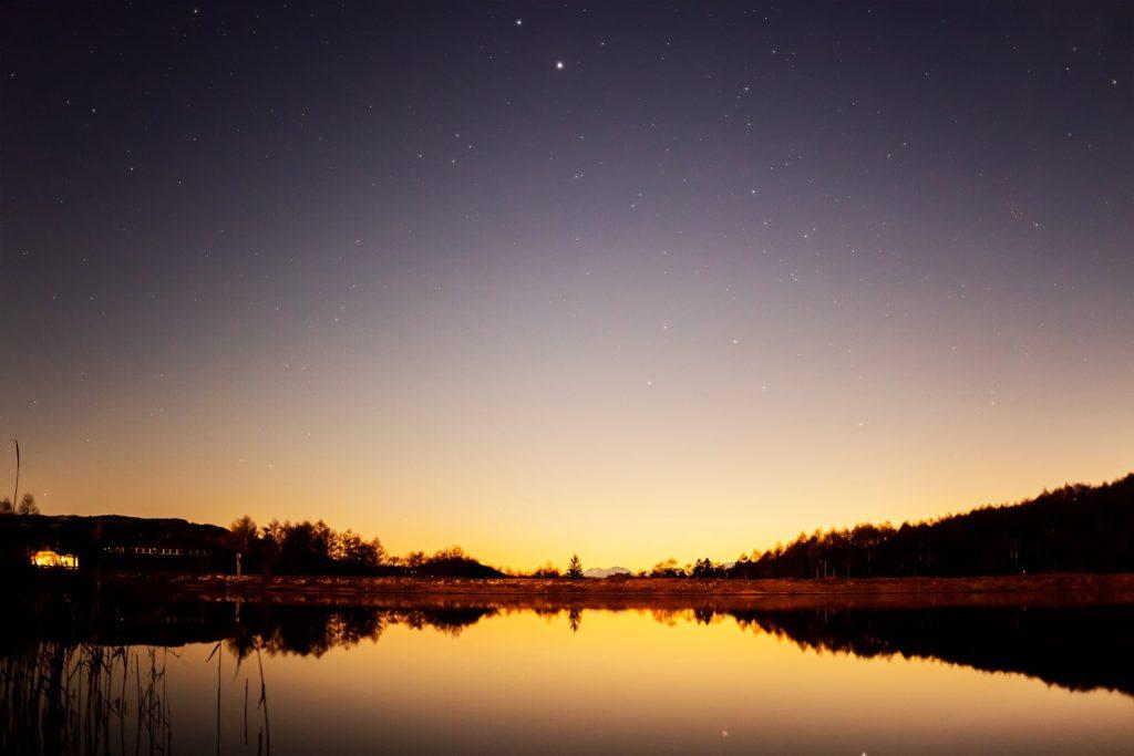 2020年11月29日、信州たてしな 白樺高原の女神湖畔から、夜の星空風景。木星や土星のほか南斗六星も。