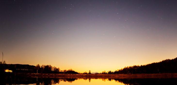 2020年11月29日、信州たてしな 白樺高原の女神湖畔から、夜の星空風景