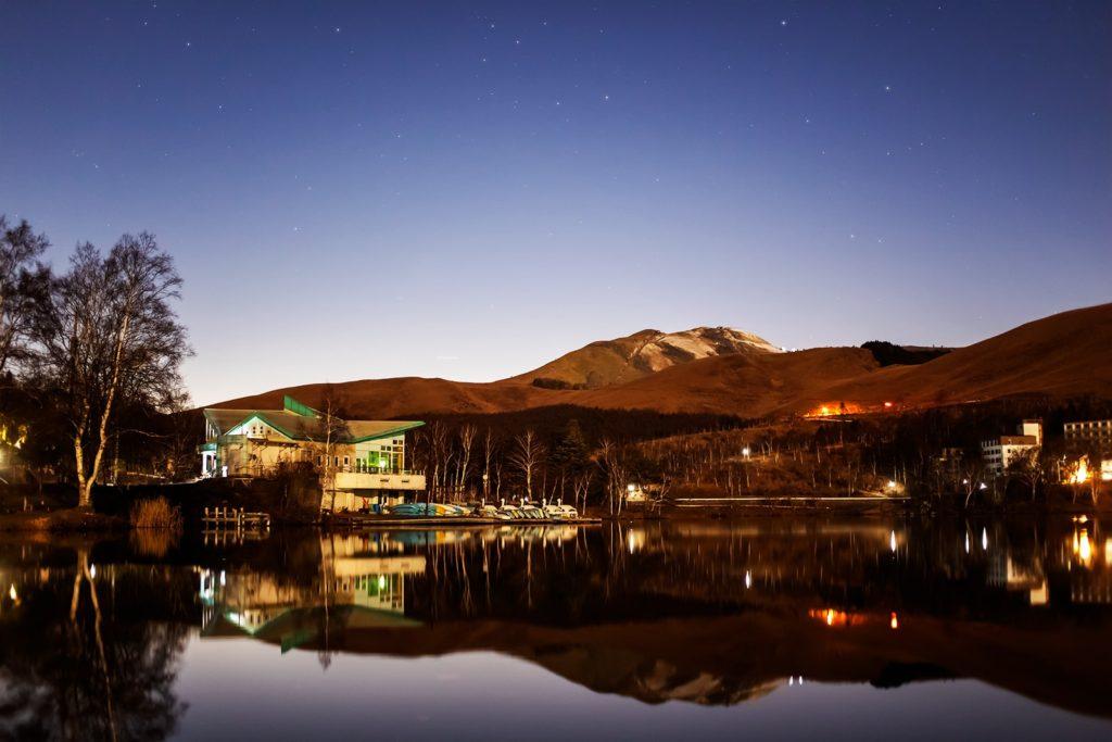 2020年11月30日、信州たてしな 白樺高原の白樺湖畔から北西方向、夜の星空風景。鏡のような白樺湖に写る星空。