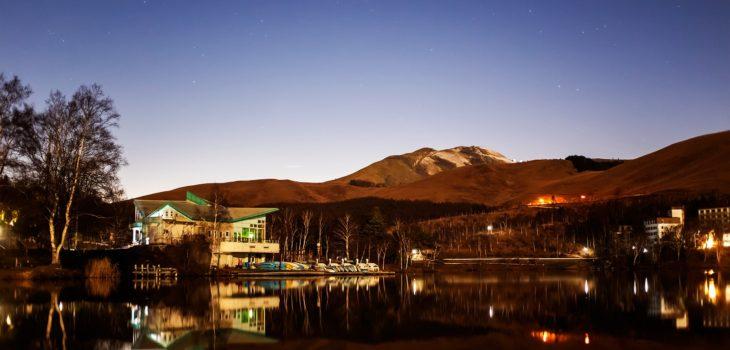2020年11月30日、信州たてしな 白樺高原の白樺湖畔から北西方向、夜の星空風景
