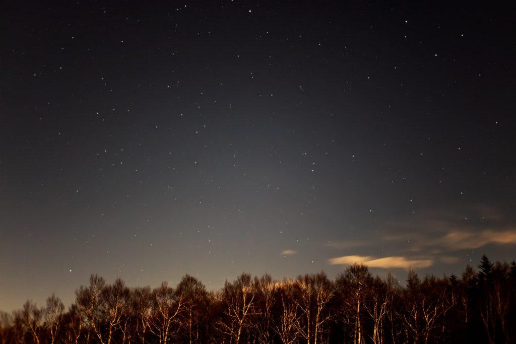 2020年11月30日、信州たてしな 白樺高原の蓼科第二牧場から北西方向、夜の星空風景。中央一番上にベガが輝き、その下にヘルクレス座。