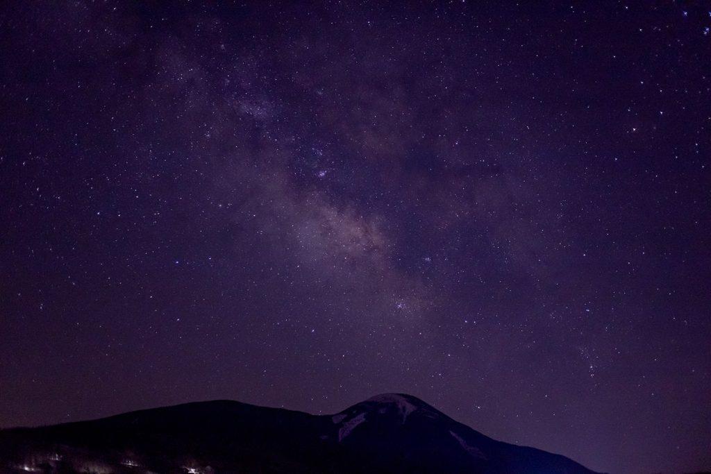 信州たてしな白樺高原にある蓼科第二牧場から見た蓼科山と天の川