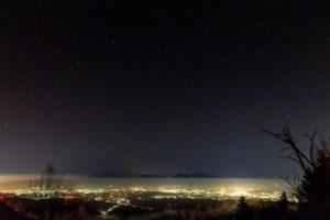 標高約2,100mの高地:大河原峠から見る佐久平の夜景と満天の星空。