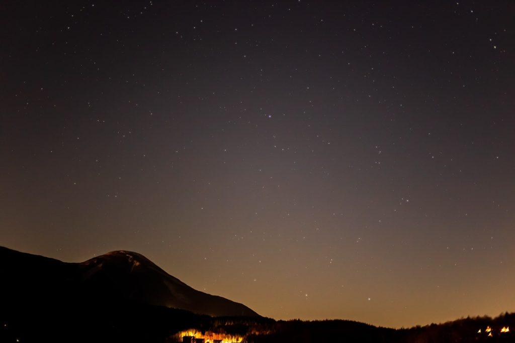 2020年12月1日、信州たてしな 白樺高原の蓼科第二牧場から南方向、夜の星空風景。美しいカタチの蓼科山とみなみのうお座のフォーマルハウトやつる座など。
