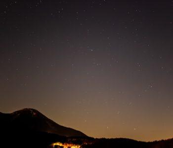 2020年12月1日、信州たてしな 白樺高原の蓼科第二牧場から南方向、夜の星空風景