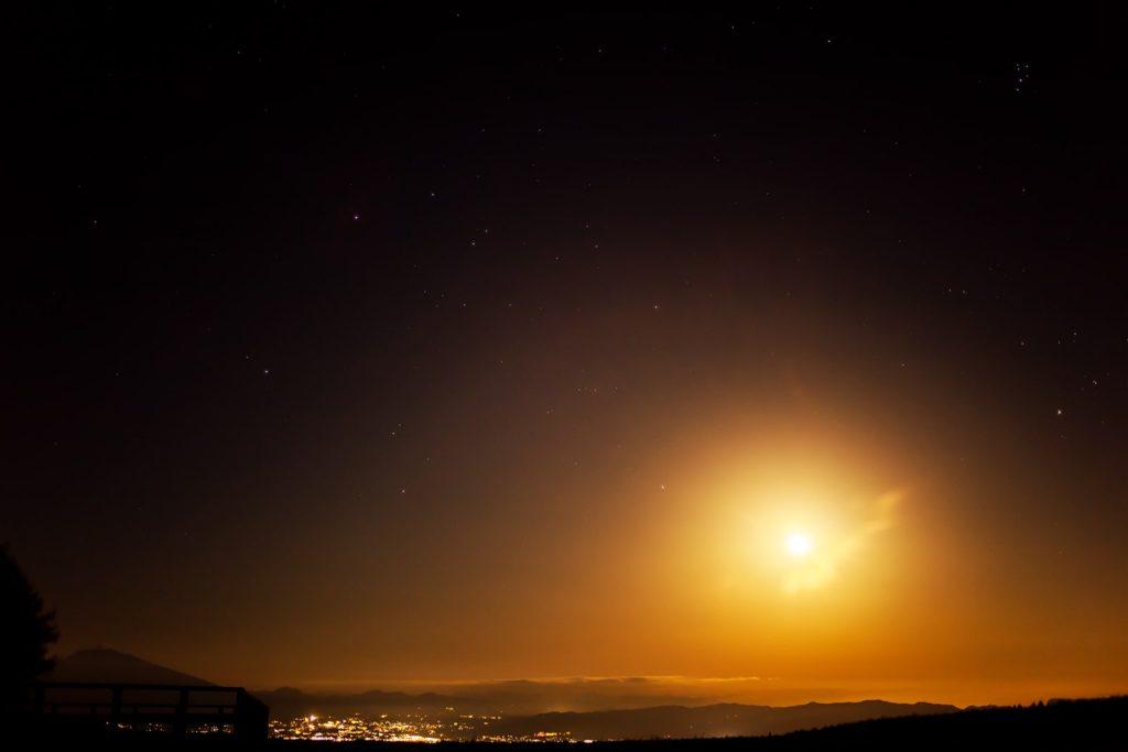 2020年12月1日、信州たてしな 白樺高原の蓼科第二牧場から北東方向、夜の星空風景。16日目の明るい月とプレアデス星団(すばる)やぎょしゃ座のカペラ、アルデバランなどが見える。