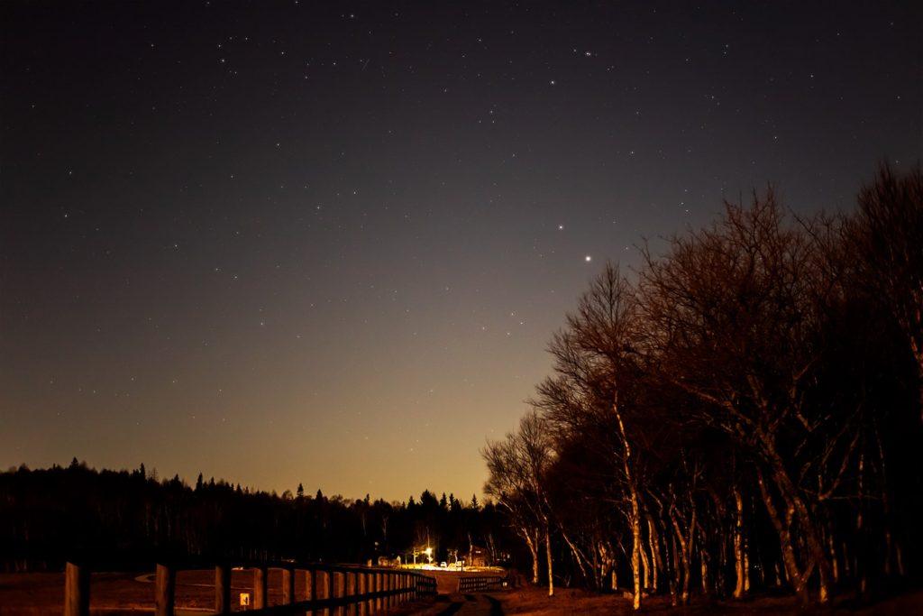 2020年12月1日、信州たてしな 白樺高原の蓼科第二牧場から南西方向、夜の星空風景。日没後しばらくはもうすぐ最接近となる木星や土星がよく見える。