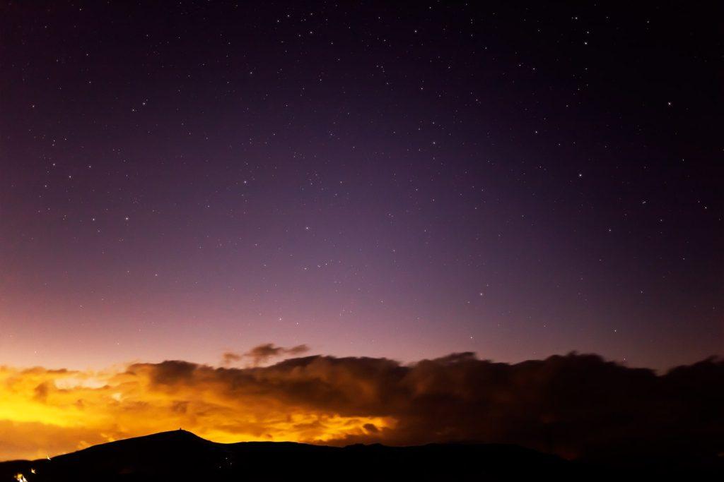 2020年12月2日、信州たてしな 白樺高原の夕陽の丘公園から、夜の星空風景。車山のシルエットの上空に光る星々。