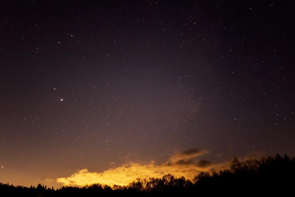 2020年12月2日、信州たてしな 白樺高原の蓼科第二牧場から南西方向、夜の星空風景。木星と土星のほか多くの星や天の川が写っている。