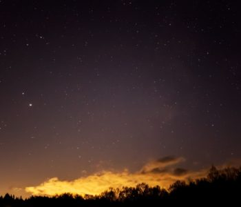 2020年12月2日、信州たてしな 白樺高原の蓼科第二牧場から南西方向、夜の星空風景