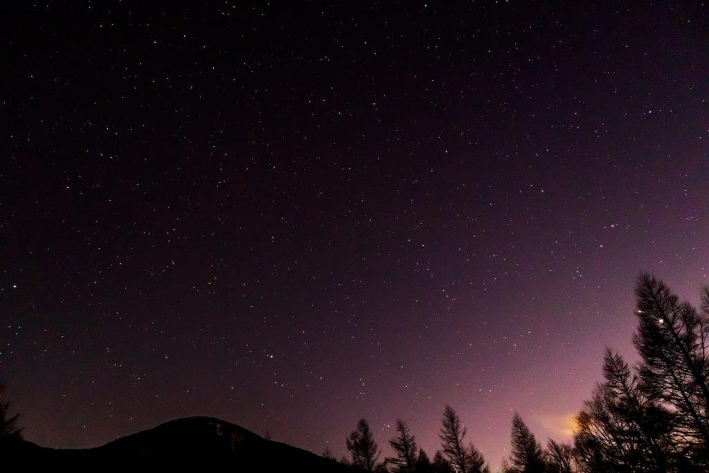 2020年12月3日、信州たてしな 白樺高原の蓼科山七合目登山口から南方向、夜の星空風景。蓼科山の上に広がる星空にはみずがめ座、やぎ座、みなみのうお座などの星座が見える。