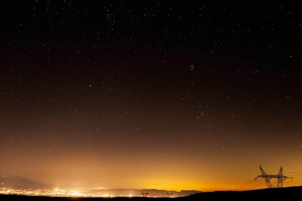 2020年12月3日、信州たてしな 白樺高原の蓼科第二牧場から東方向、夜の星空風景。佐久平の夜景や浅間山の上空にはぎょしゃ座、おうし座、プレアデス星団(すばる)などが見え、ぎょしゃ座のカペラとおうし座のアルデバランもひときわ輝いている。