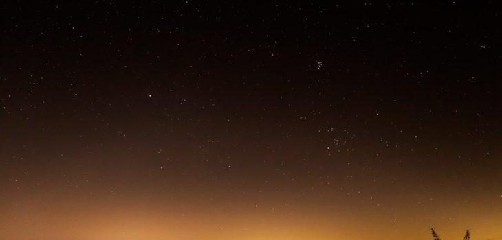 2020年12月3日、信州たてしな 白樺高原の蓼科第二牧場から東方向、夜の星空風景
